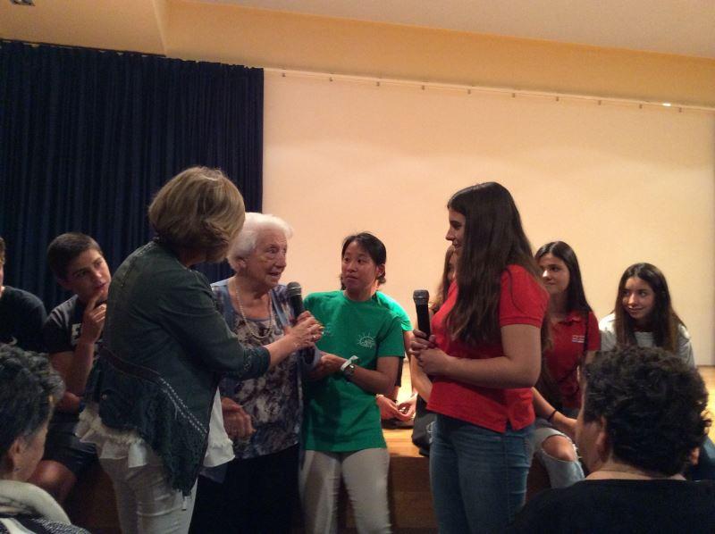 La señora Mª Teresa Moll se dirige al público reunido en el salón de actos del colegio Bon Soleil en representación del centro geriátrico El Recer de Castelldefels