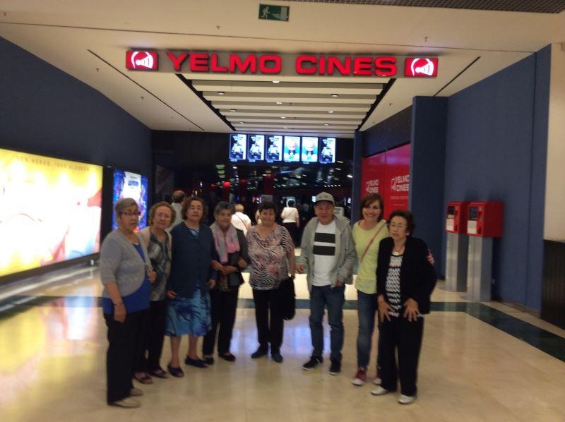 Un año más los residentes del centro geriátrico El Recer acuden a las salas de cine Yelmo a la sesión cinematográfica incluida en el programa de las Jornadas de la Gen Gran de Castelldefels