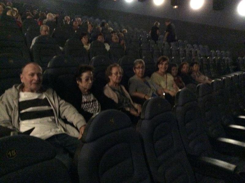 """Las residentes del centro geriátrico El Recer en una de las salas de Yelmo Cines de Castelldefels momentos antes de la proyección de la película """"Es por tu bien"""""""