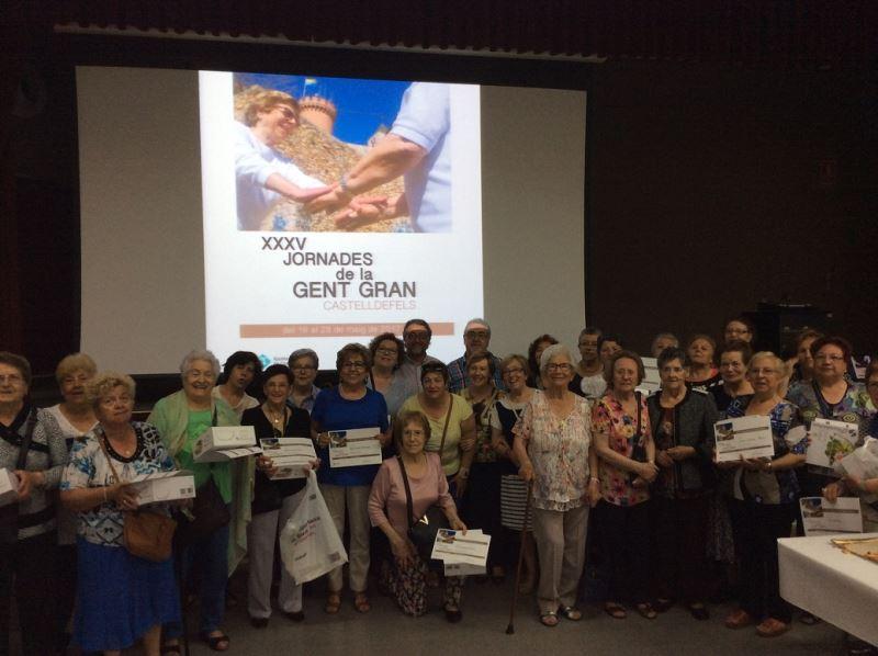 Foto de grupo de los participantes en el concurso de repostería en el que compitió la residencia geriátrica El Recer de Castelldefels