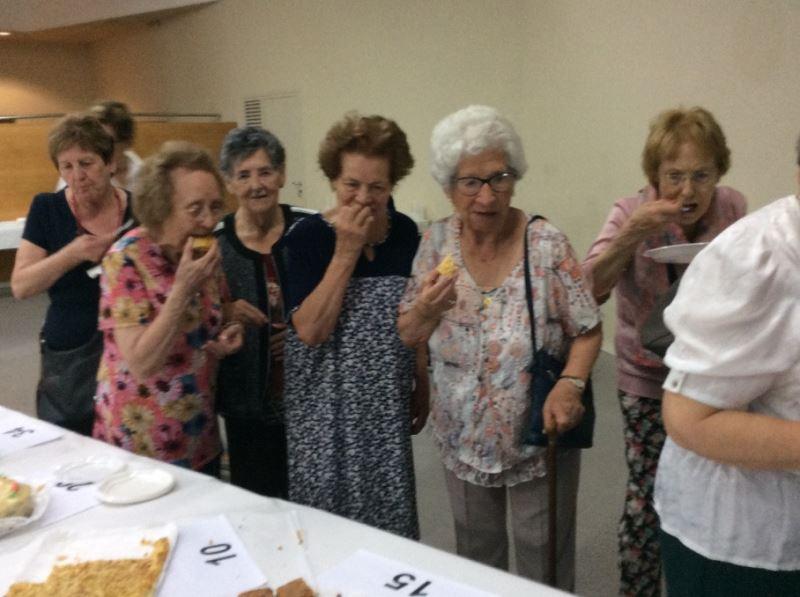 Las residentes del centro geriátrico El Recer en el concurso de repostería de las Jornadas de la Gen Gran de Castelldefels