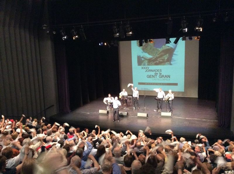 """El público en pie y flameando pañuelos tras la emocionante interpretación del tema tradicional """"La bella Lola"""" por el Grupo Montjuïc de Castelldefels"""