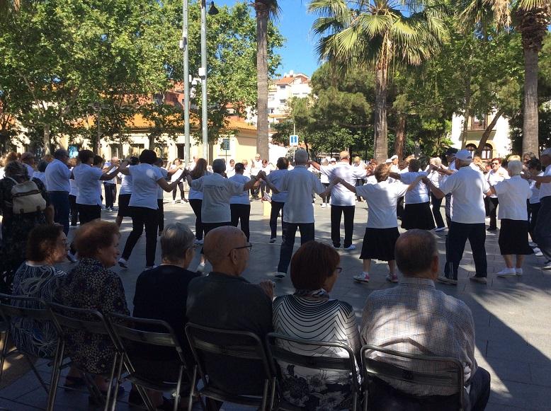 Los residentes del centro geriátrico El Recer contemplan las sardanas en la Plaza de la Iglesia de Castelldefels