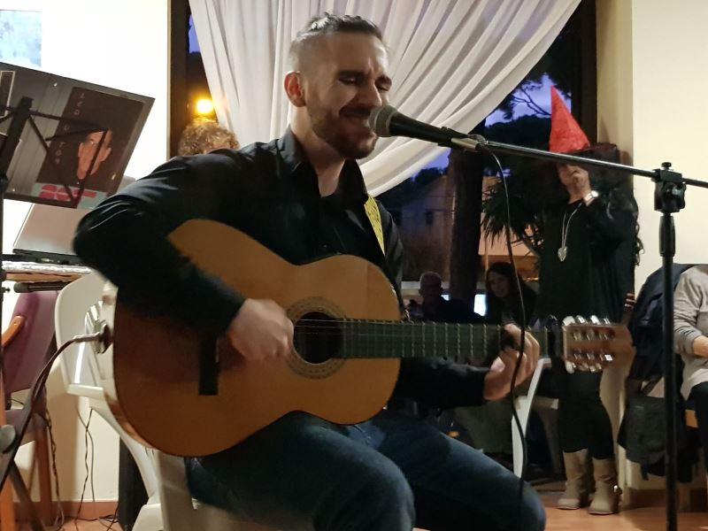 Intervención musical del nieto de la Sra. Seve Peralta, Julián Cueva, en la residencia geriátrica El Recer de Castelldefels, donde interpretó tres temas