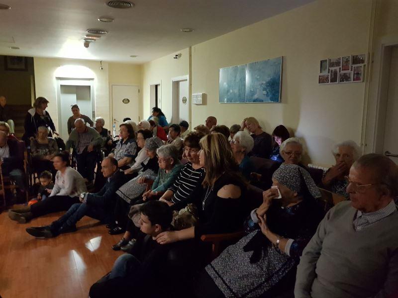 Panorámica parcial del numeroso público que acudió a la celebración de la Castañada y el Halloveen en la residencia El Recer de Castelldefels