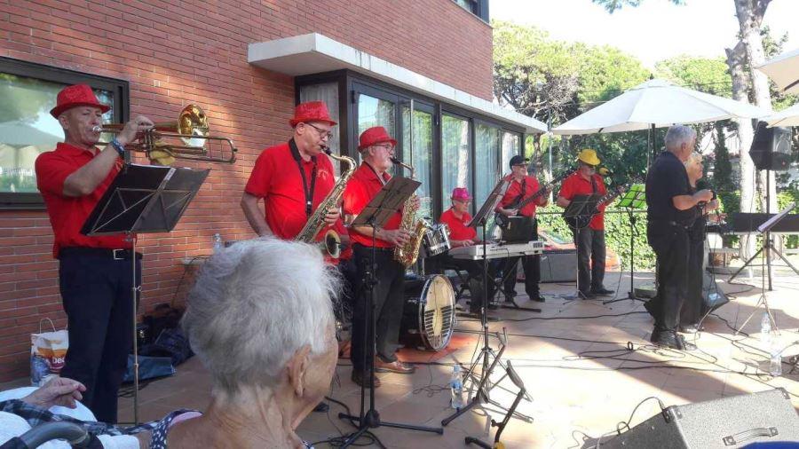 Castelldefels Band interpretando uno de sus temas en el jardín de la Residencia geriátrica El Recer de Castelldefels
