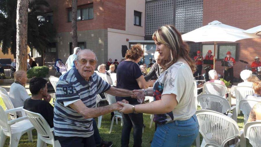 Los recuerdos de aquellos grandes éxitos musicales y el baile animaron a los residentes del centro El Recer de Castelldefels