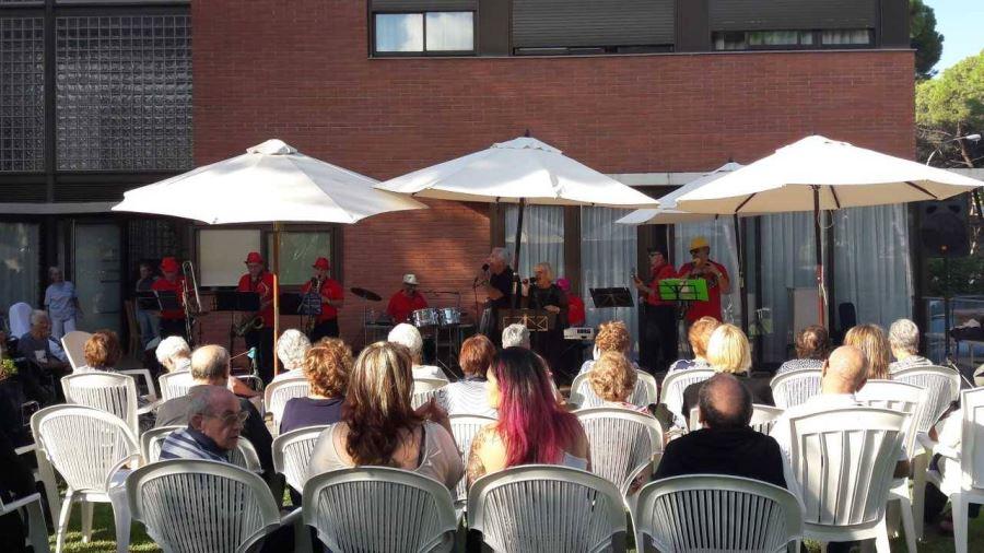 Nuestros residentes y algunos familiares con toda su atención puesta en una de las magníficas versiones de la orquesta Castelldefels Band