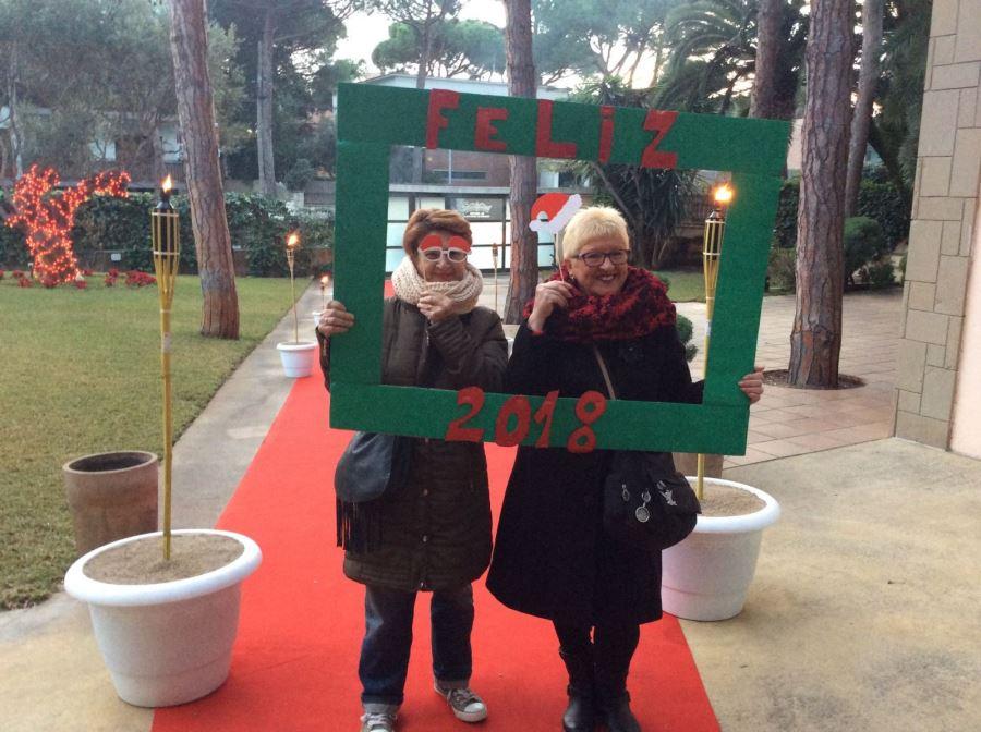 Los familiares de los residentes en la entrada El Recer de Castelldefels se hicieron una divertida foto en el photo call