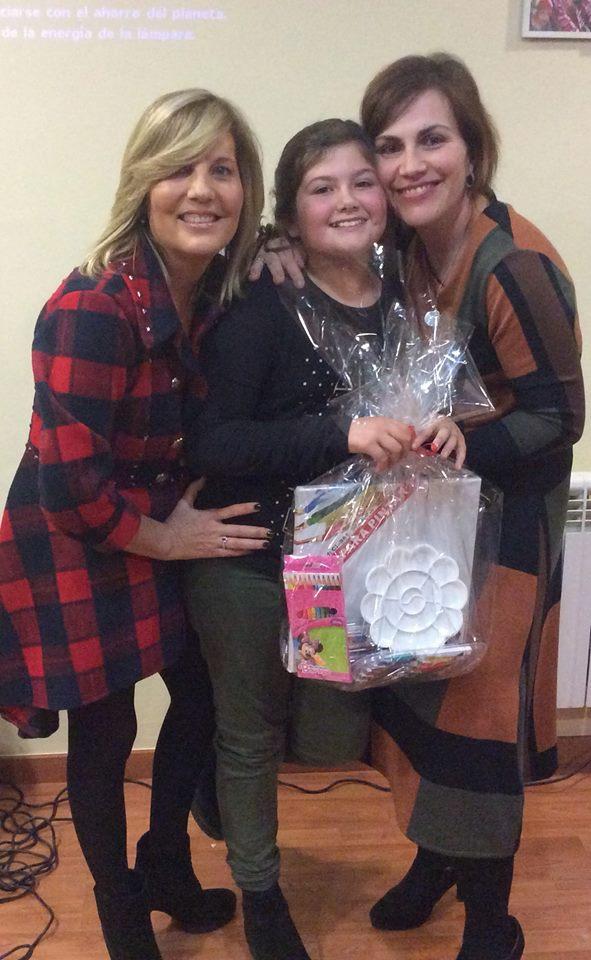 Entrega del Premio a la Mejor Postal de Navidad a Esther Cuenca, nieta de nuestra residente Sra. Seve Peralta