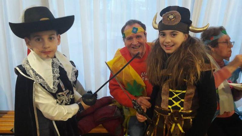 Las familias contribuyeron mucho con su presencia e implicación en la celebración de la fiesta de Carnaval de la residencia geriátrica El Recer de Castelldefels