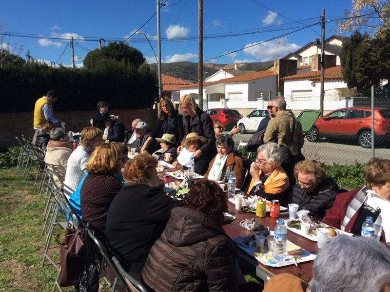 El grupo de residentes, familiares y personal del centro El Recer en la Calçotada Popular organizada por asociación de vecinos de Les Lluminetes de Castelldefels
