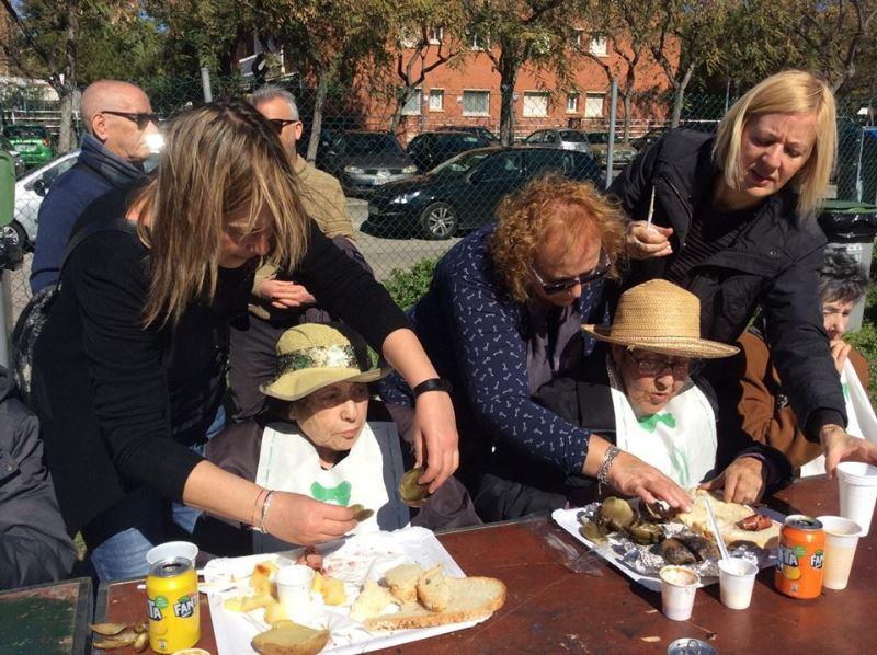 La ayuda de los familiares fue muy importante para atender a todos los residentes del centro El Recer de Castelldefels durante la fenomenal calçotada