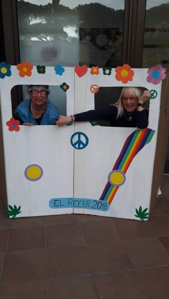 Nadie quiso perderse la foto dentro del vehículo más renombrado de la época hippie para llegar a la fiesta de Carnaval de la residencia geriátrica El Recer de Castelldefels