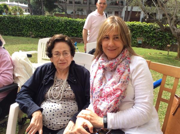 Residente y familiar durante el evento de la Diada de Sant Jordi en los jardines de la residencia geriátrica El Recer
