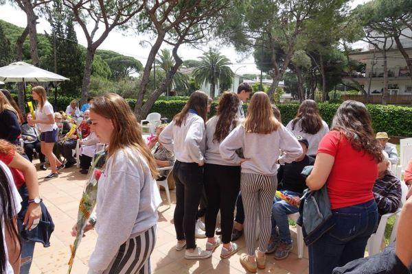 Alumnos y alumnas del colegio Bon Soleil departiendo con nuestros residentes y sus familiares en los jardines de la residencia geriátrica El Recer de Castelldefels