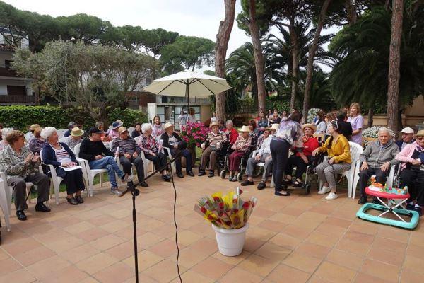 Panorámica de nuestros residentes y sus familias durante la Diada de Sant Jordi en la residencia geriátrica El Recer