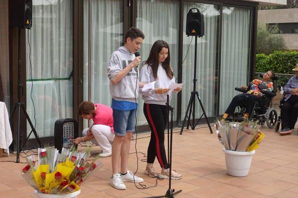 Dos de los alumnas del colegio Bon Soleil recitando los poemas durante la celebración de la Diada de Sant Jordi 2018