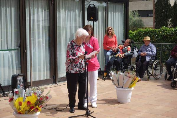 Una de nuestras residentes recitando un poema durante la celebración de la Diada de Sant Jordi 2018