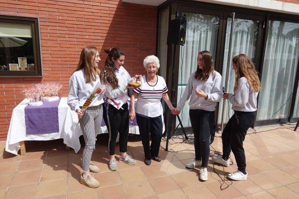 Una de nuestras residentes con los alumnos del colegio Bon Soleil durante la celebración de la Diada de Sant Jordi 2018