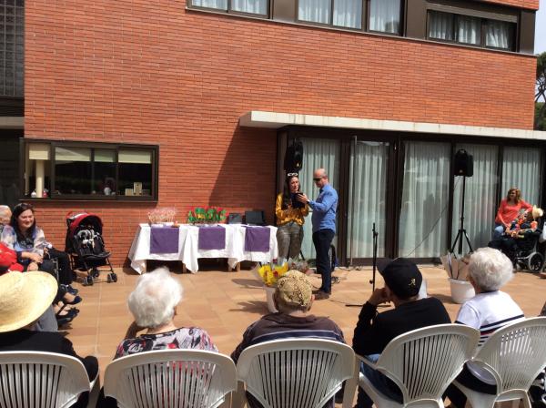 Una alumna del colegio Bon Soleil recitando un poema durante la celebración de la Diada de Sant Jordi 2018