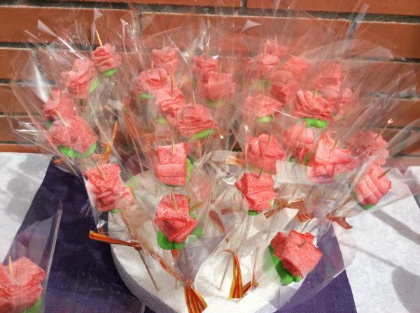 Sabrosas rosas de gominola que recibieron los alumnos y alumnas del Liceo Francés Bon Soleil durante la Diada de Sant Jordi en la residencia geriátrica El Recer
