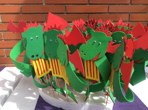 Los dragones de Sant Jordi con que obsequiamos a los alumnos y alumnas del Liceo Francés Bon Soleil durante la Diada en la residencia El Recer