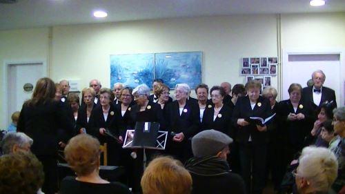 Actuación de la Coral de la Gent Gran de Bruguès en la residencia El Recer de Castelldefels durante las Navidades de 2014