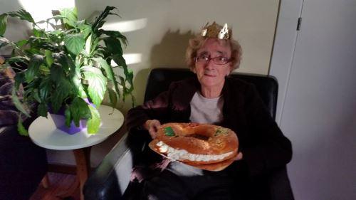 La señora Paulette Duval celebra sus 85 años con el roscón de Reyes en la residencia geriátrica EL Recer de Castelldefels
