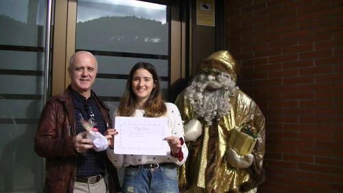 Marta González Ortí recibe el premio del Concurso residencia El Recer a la mejor postal de Navidad de manos del doctor Pérez Torró
