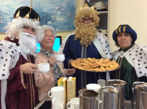 Los Reyes Magos degustan la chocolatada y los melindres junto a los residentes de El Recer de Castelldefels