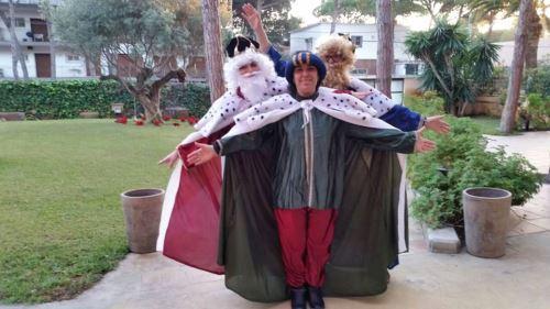 Los Reyes Magos en los amplios jardines de la residencia geriátrica El Recer de Castelldefels