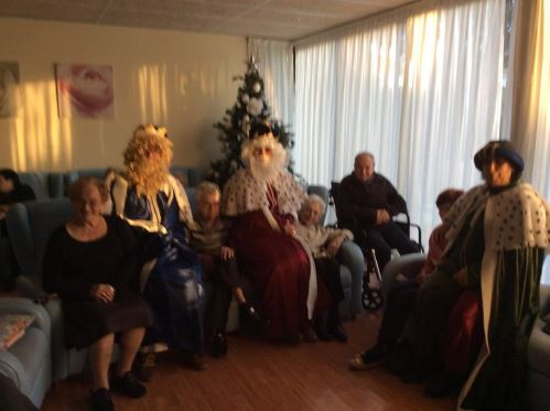 Los Reyes Magos departen con los residentes del geriátrico El Recer de Castelldefels