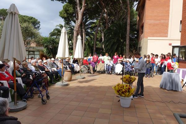 Uno de los alumnos del Liceo Francés Bon Soleil recitando un poema ante el numeroso público en la celebración de la Diada de Sant Jordi 2016 en los jardines de la residencia geriátrica El Recer de Castelldefels