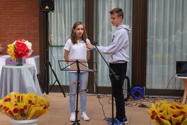 Dos alumnos del colegio Bon Soleil interpretan una canción en francés durante la celebración de la Diada de Sant Jordi 2016 en la residencia geriátrica El Recer de Castelldefels