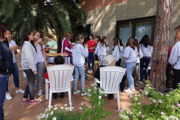 La celebración de Diada de Sant Jordi 2016 en la residencia geriátrica El Recer de Castelldefels concluyó con un pica-pica en el que participaron los jóvenes del Liceo Francés Bon Soleil y nuestros residentes y sus familiares