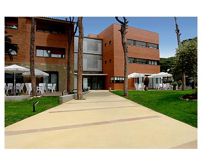 Entorno residencial con zona ajardinada