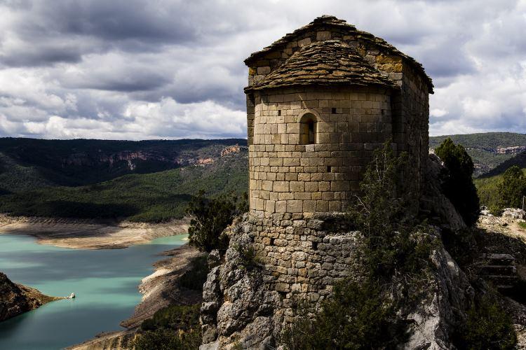 L'activitat caiac-trek Mont-rebei – La Pertusa consisteix en la combinació d'una travessia d'anada en caiac pel congost de Mont-rebei i una ruta de senderisme de tornada al punt de partida, l'ermita de la Pertusa