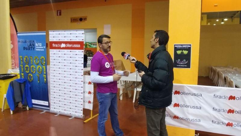Un miembro de Nubulus, Vidal Vidal, atendiendo una entrevista para la radio en la Mollerussa Lan Party 2017